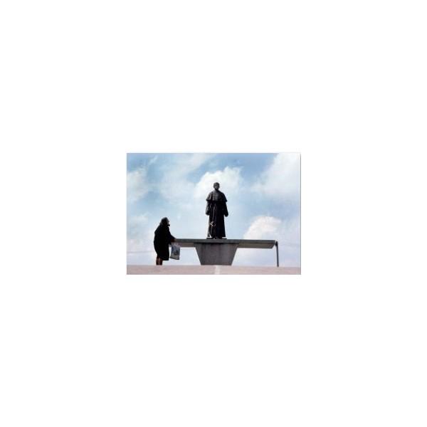 Kobieta przy ołtarzu z figurą O. Maksymiliana Kolbe, Niepokalanów, maj